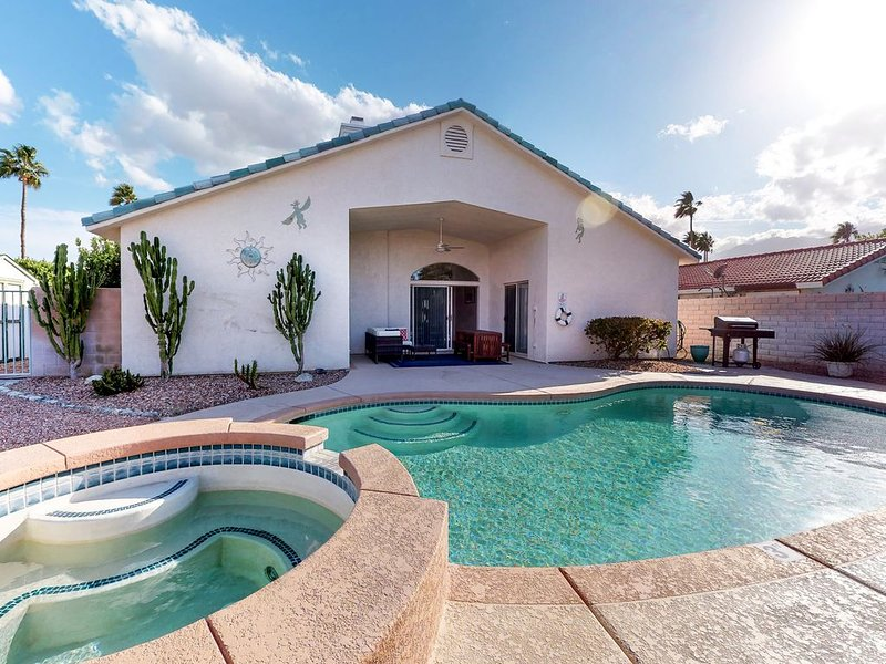 Newly-redecorated home w/ a private pool, spa, & furnished patio, alquiler de vacaciones en Cathedral City