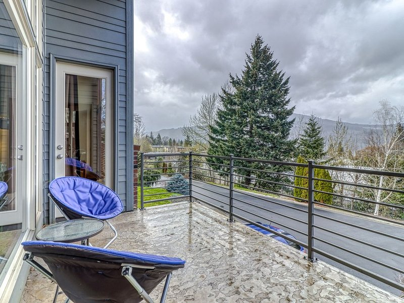 Modern dog-friendly home w/ stunning Mt. Adams view - walk downtown, alquiler vacacional en Home Valley