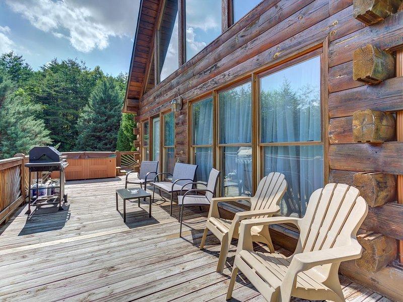 Dog-friendly cabin w/hot tub & grill-near downtown Blue Ridge, holiday rental in Mineral Bluff