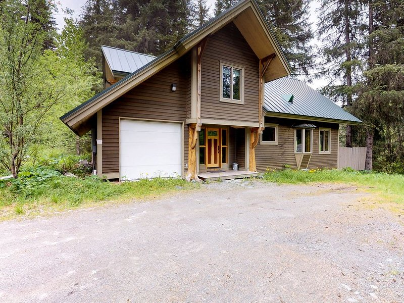 Cabin w/ private hot tub, gourmet kitchen, handcrafted wood details, near skiing, holiday rental in Girdwood