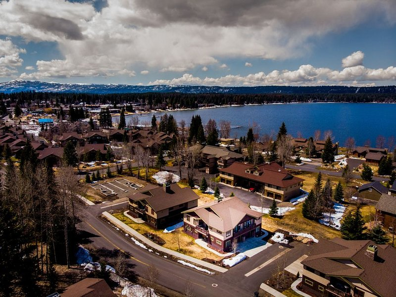 Pet Friendly High End Condo Steps from Payette Lake and downtown McCall, holiday rental in McCall