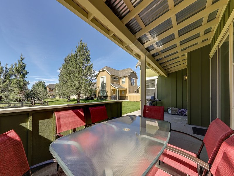 Cozy Eagle Crest home with patio & shared resort pool/hot tub/tennis/gym, holiday rental in Redmond