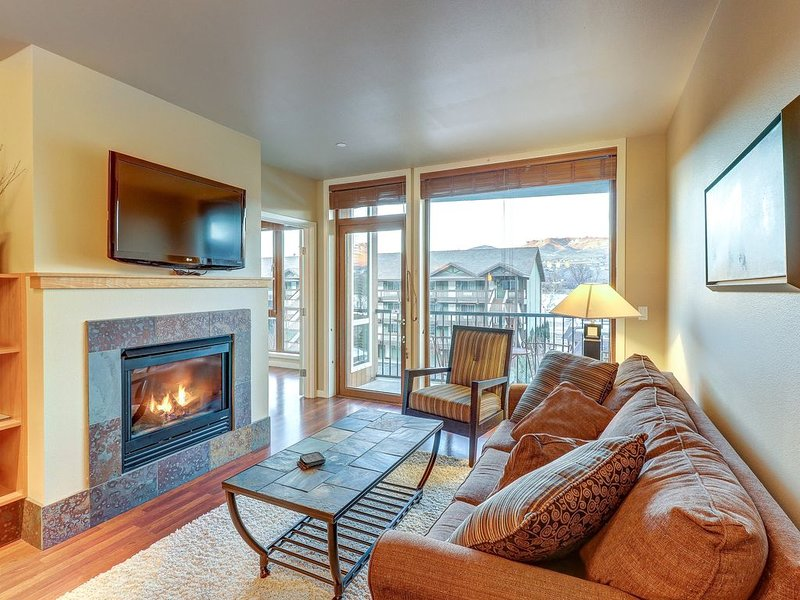 Lake view condo w/ shared indoor pool/hot tub and 2 secured parking spots, aluguéis de temporada em Chelan