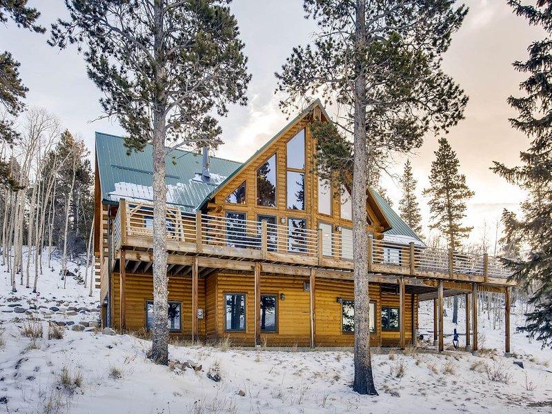Glacier Ridge es una magnífica casa de 4 dormitorios / 6 baños ubicada en un área privada enorme con vistas de Continental Divide, bañera de hidromasaje, mesa de billar y mucho más.