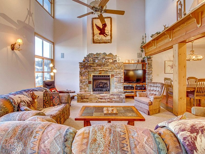 Ski-in/ski-out Schweitzer Mountain home w/ private hot tub - walk to lifts!, aluguéis de temporada em Sandpoint