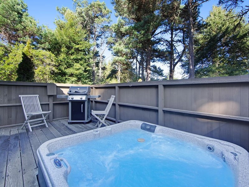Stunning house w/ a private hot tub plus access to shared rec center pools, alquiler de vacaciones en The Sea Ranch