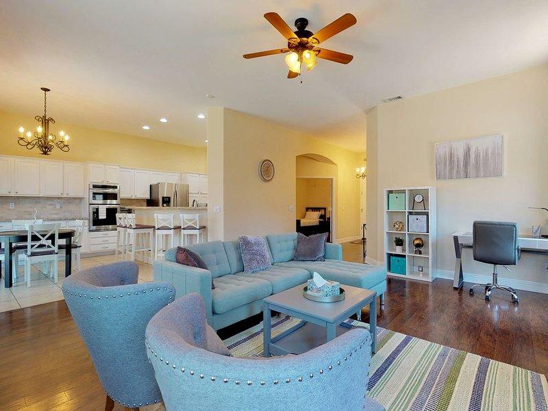 Beautiful Chandler home w/ a heated pool, furnished patio, & yard, alquiler vacacional en Chandler