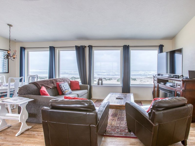 Beachfront, Dog-Friendly Home w/Free WiFi, Amazing Views, and Electric Fireplace – semesterbostad i Waldport
