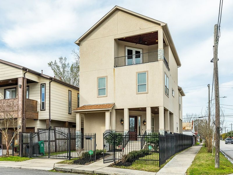 Luxury Greater Heights home w/pool table, balcony & amazing city views!, vacation rental in Houston