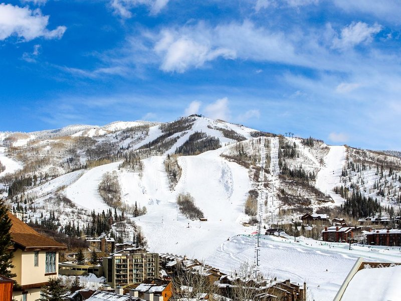 Lovely condo with balcony & full kitchen - easy access to ski lifts, aluguéis de temporada em Steamboat Springs