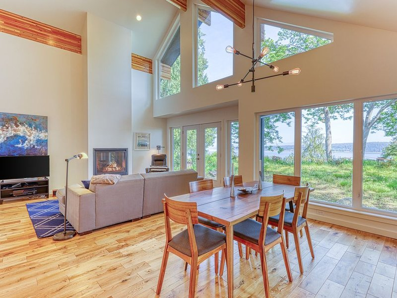New, modern, water view home w/ fireplace, full kitchen & WiFi!, holiday rental in Arlington