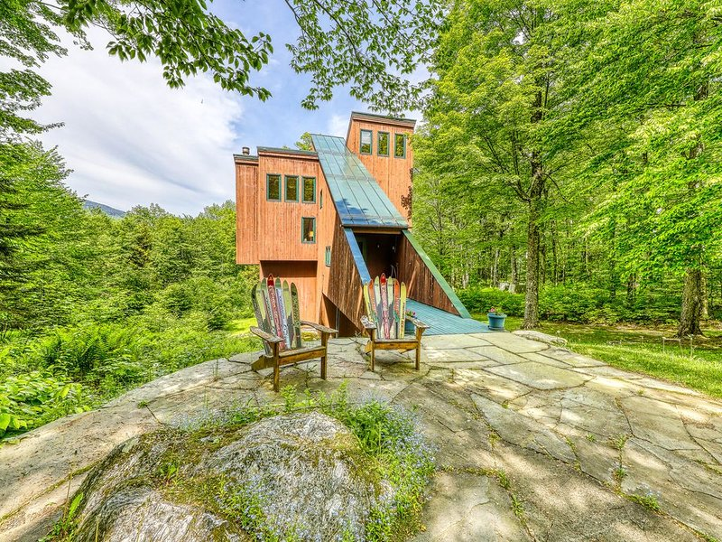 Ski home in the woods w/ a private hot tub, fireplace, & mountain views, holiday rental in Fayston