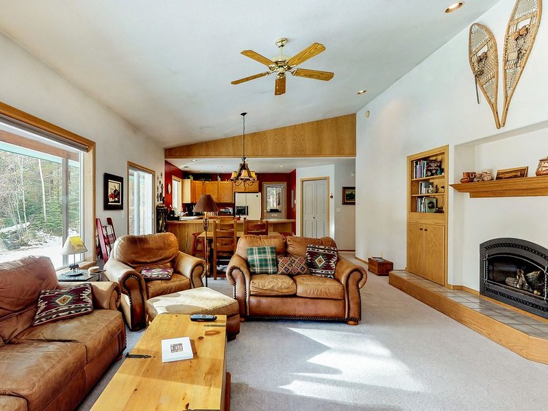 Mountain cabin w/wrap-around deck, gas fireplace, grill-dogs OK, holiday rental in New Meadows