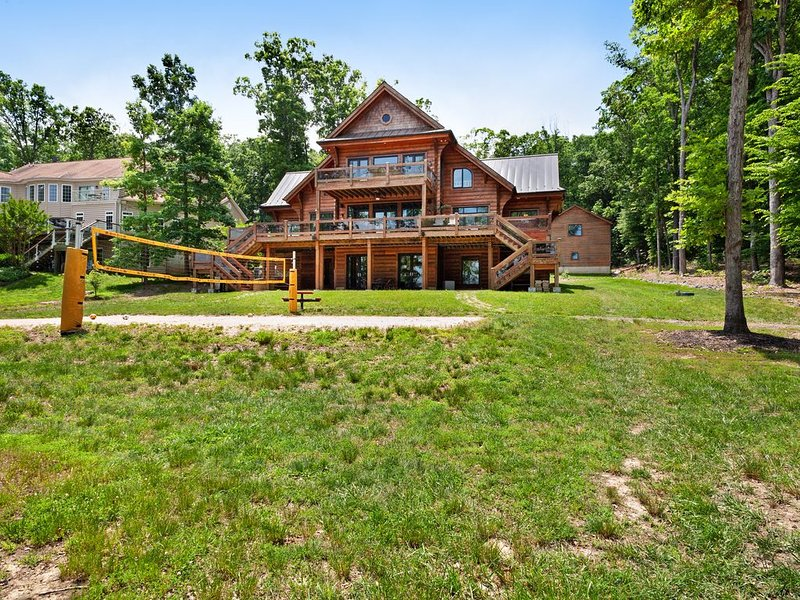 Lakefront Cabin w/ a Boat Dock, Free WiFi, a Game Room, Gym, & Firepit - Dogs OK, holiday rental in Mineral