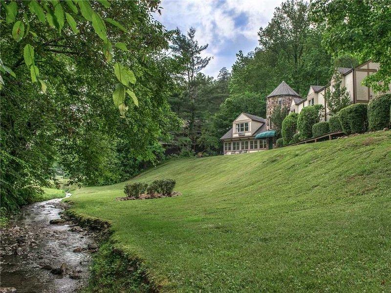 Castle on the Green, 9 BR, Hot Tub, Pool Table, Sauna, Sleeps 28, vacation rental in Gatlinburg