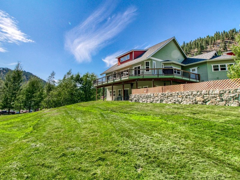 Quiet & spacious home w/ wrap around deck, mountain views & creekside trail!, alquiler vacacional en Cashmere