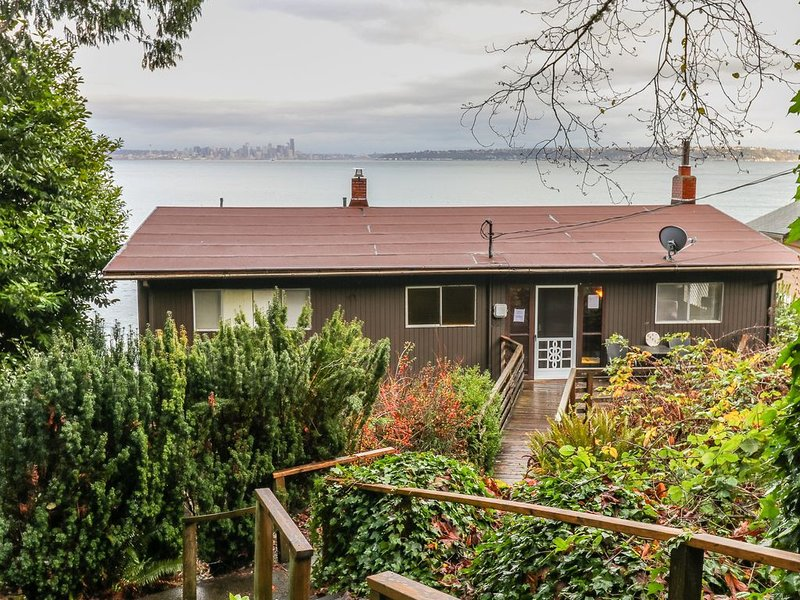 Waterfront, multi-family home w/ furnished decks & beach access, location de vacances à Bainbridge Island