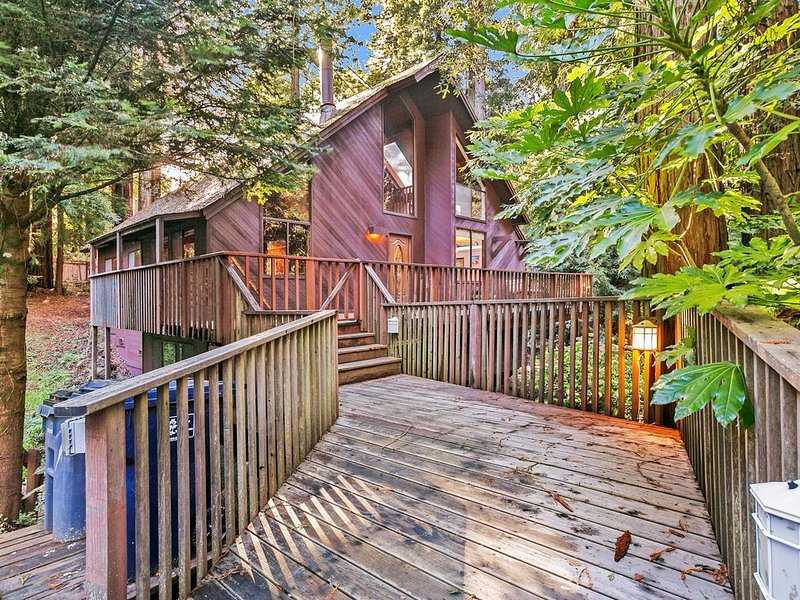 Tranquil, custom cabin in a redwood grove w/ deck - minutes to town/beaches!, holiday rental in Gualala