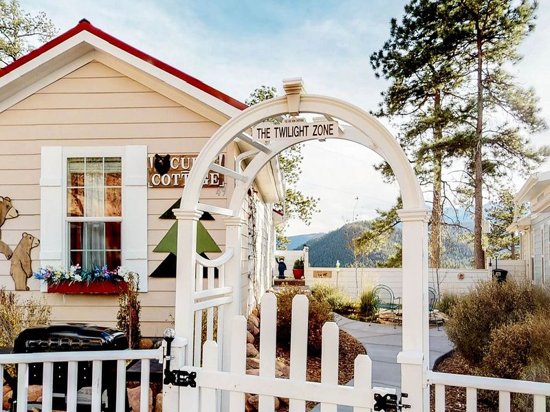 Tiny home cottage w/ mountain view, kitchen & firepit - dogs OK!, aluguéis de temporada em Woodland Park