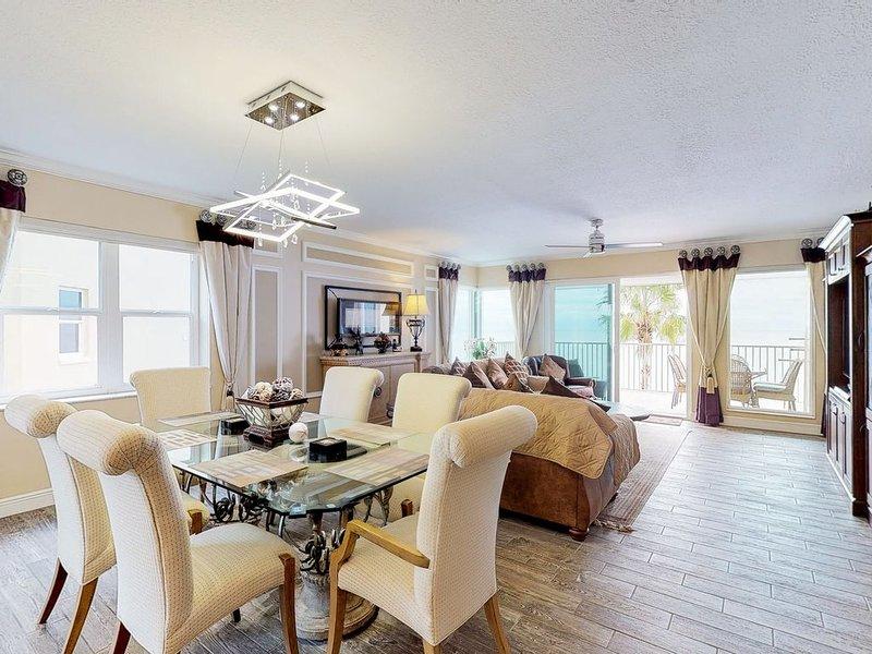 Stylish Gulf-front condo w/shared pool & hot tub-views from balcony, alquiler de vacaciones en Redington Beach