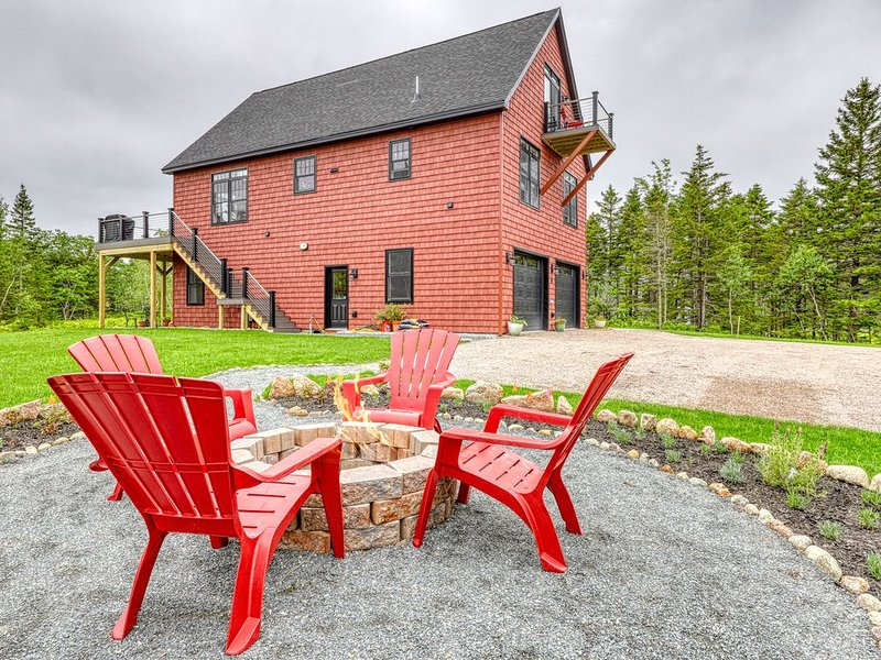 Brand new, secluded hilltop chalet w/ beautiful Cadillac view & multiple decks!, location de vacances à Parc national d'Acadie