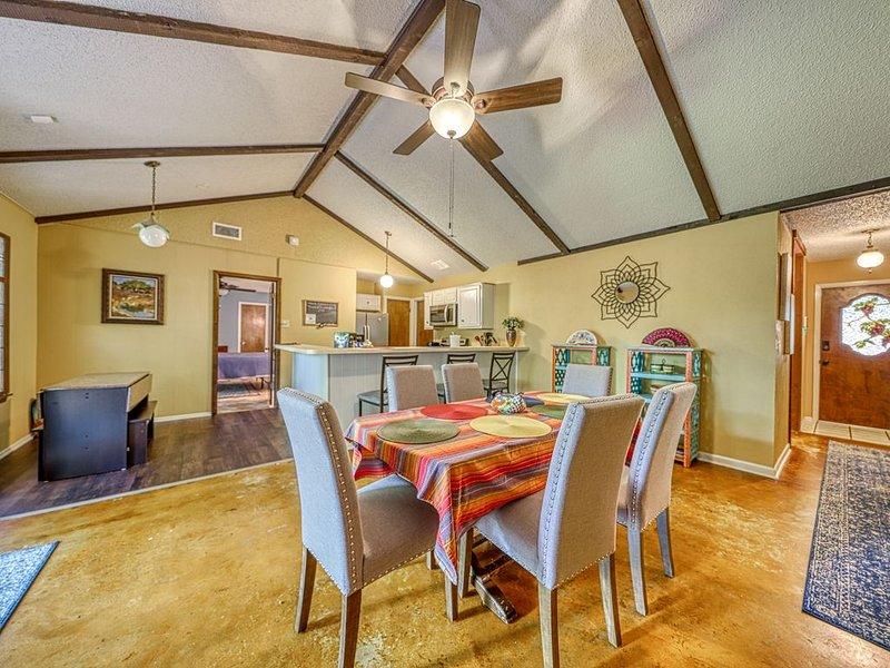 Spacious house with an enclosed backyard, near McAllister Park!, location de vacances à Live Oak