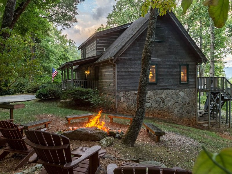 Secluded cabin with mountain views, hot tub, fire pit & billiards!, location de vacances à Sylva