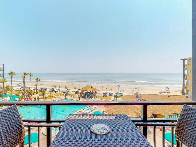 Direct waterfront studio w/ a shared pools, mini-golf, free WiFi & beach access, casa vacanza a South Daytona