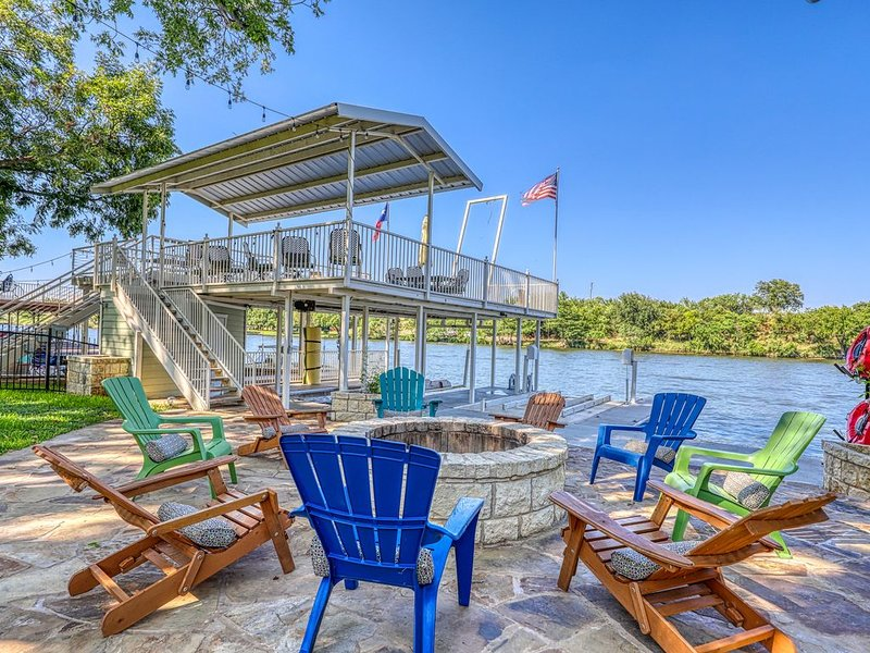 Luxury lakefront home w/ private dock, firepit, two kayaks & game room!, holiday rental in Kingsland