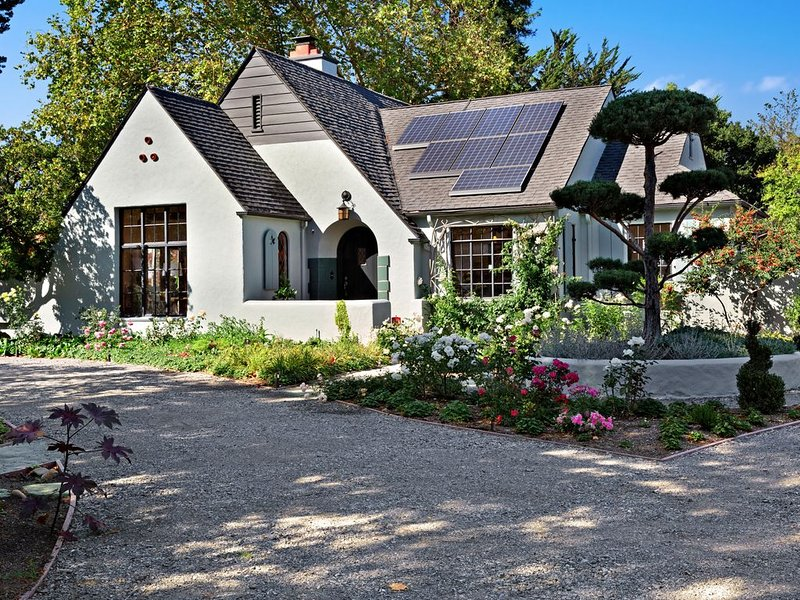 Charming farmhouse with multiple patios, fire pit & outdoor dining, holiday rental in Sebastopol