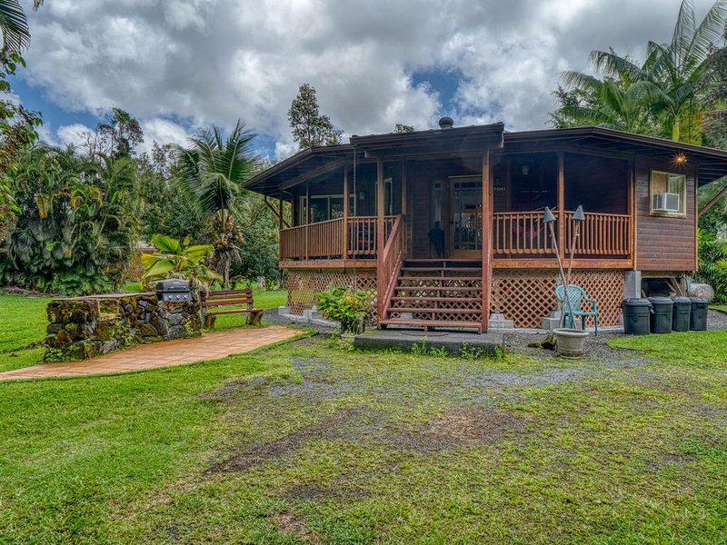 Secluded getaway w/ a tropical yard & furnished, wraparound lanai!, location de vacances à Mountain View