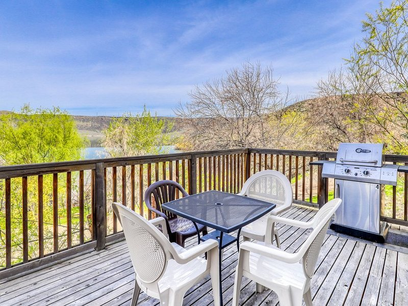 Villa on Banks Lake w/ private patio & shared dock/resort amenities!, holiday rental in Electric City