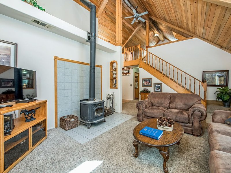 Rustic cabin conveniently located right by town with space for all!, aluguéis de temporada em Shaver Lake