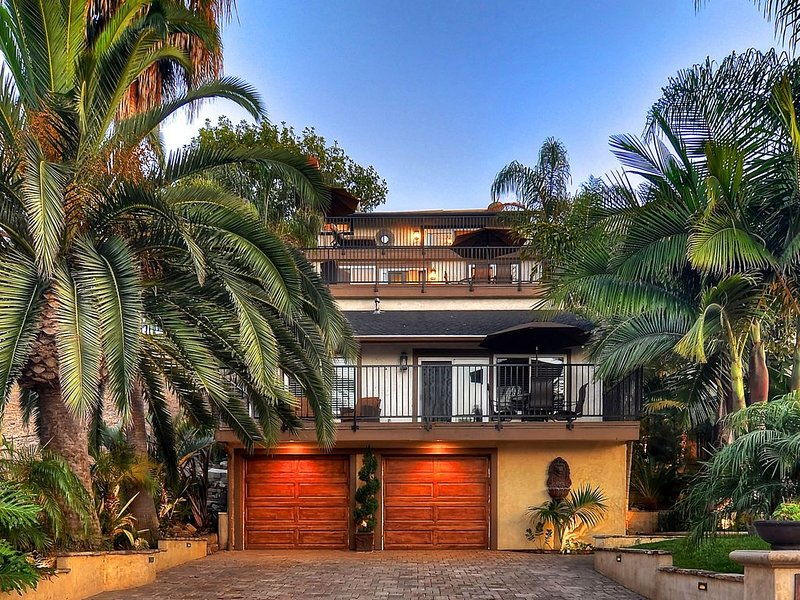 Tropical home w/loft, spacious deck, outdoor dining, walk to beach, alquiler vacacional en San Clemente