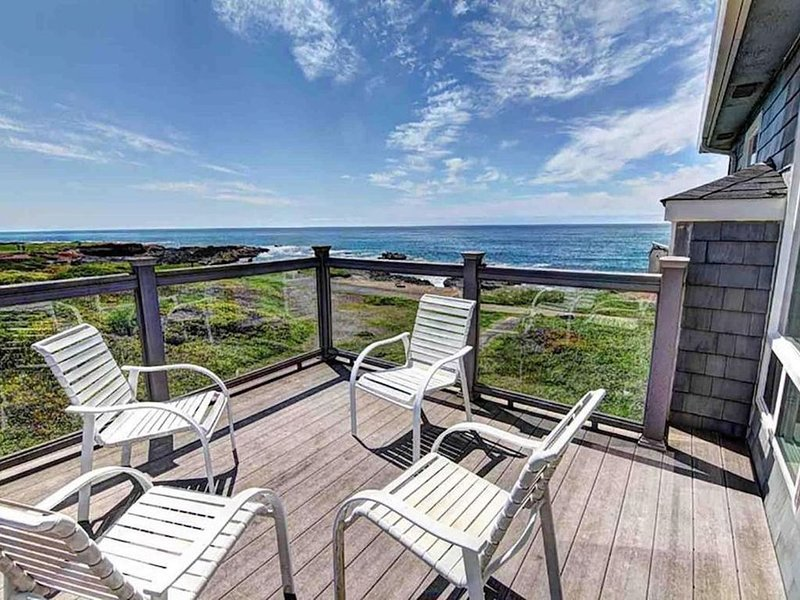 Waterfront, dog-friendly home w/ a gas fireplace, private hot tub, & great views, location de vacances à Yachats