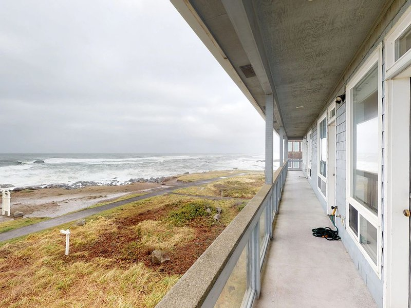 Dog-friendly, waterfront townhouse duo w/ a private hot tub & amazing views!, location de vacances à Yachats