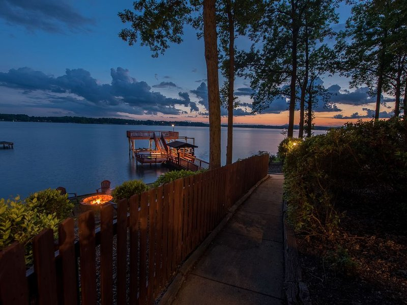 All Decked Out! Full house length decks! 2 Story Dock! 5 Bedrooms - Sleeps 14!, holiday rental in Lake Norman