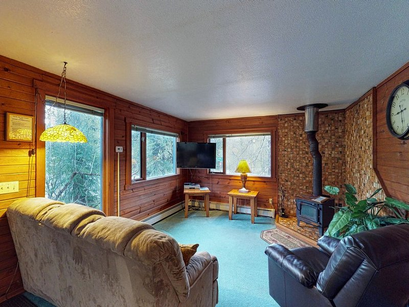 Conveniently-located condo features private hot tub, nearby skiing and hiking, alquiler de vacaciones en Girdwood