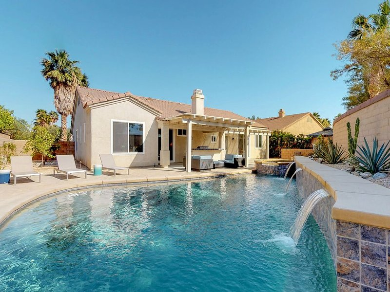 Newly redecorated home with private pool, spa & outdoor kitchen!, casa vacanza a North Palm Springs