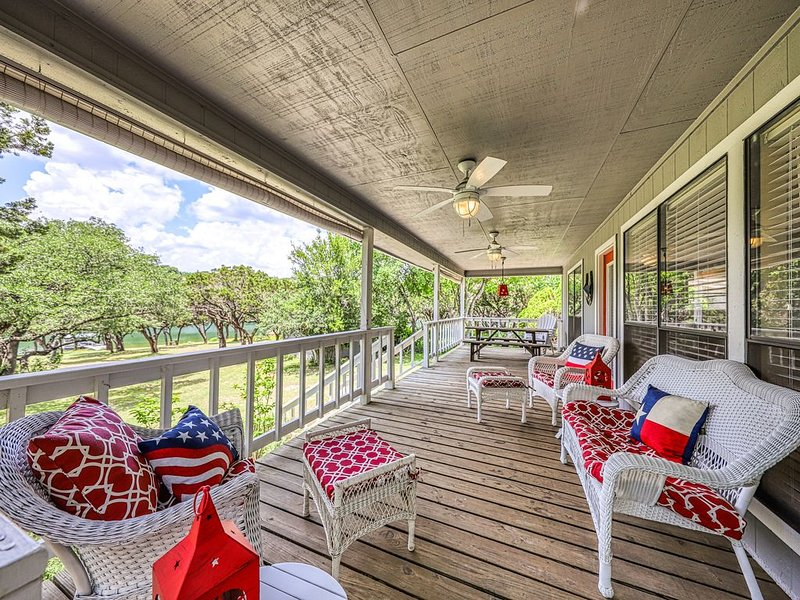 Lake Travis waterfront home w/ spacious deck and private dock-Near Austin, holiday rental in Liberty Hill