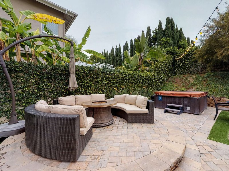 Dog-friendly home w/ hot tub, firepit, pool table & more - close to the beach!, alquiler vacacional en Carlsbad