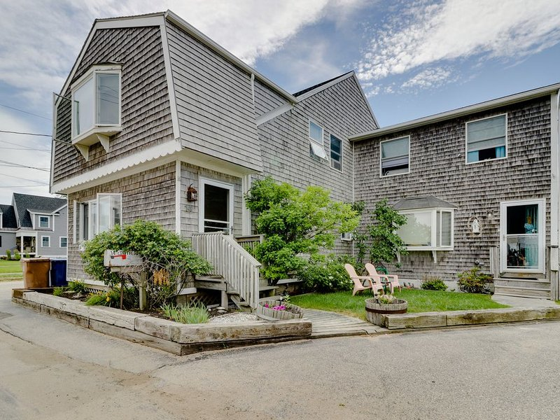Oceanview duplex w/two decks & yard-steps to beach, alquiler de vacaciones en Biddeford Pool