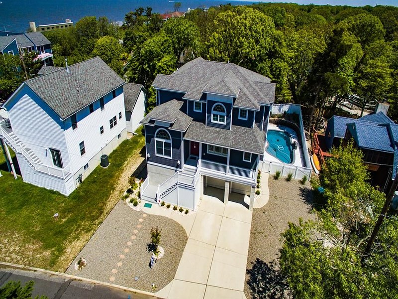 Rent for the Holidays! Professionally decorated. Dog friendly. By the Bay. Pool., vacation rental in Lower Township