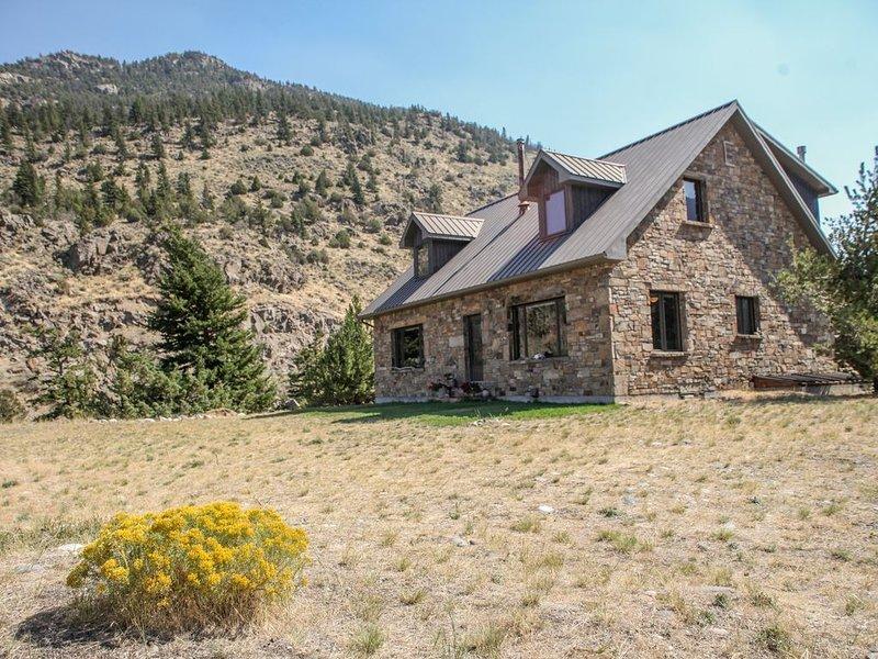 Private Stone Home on the River-fishing, close to Yellowstone!, alquiler de vacaciones en Emigrant