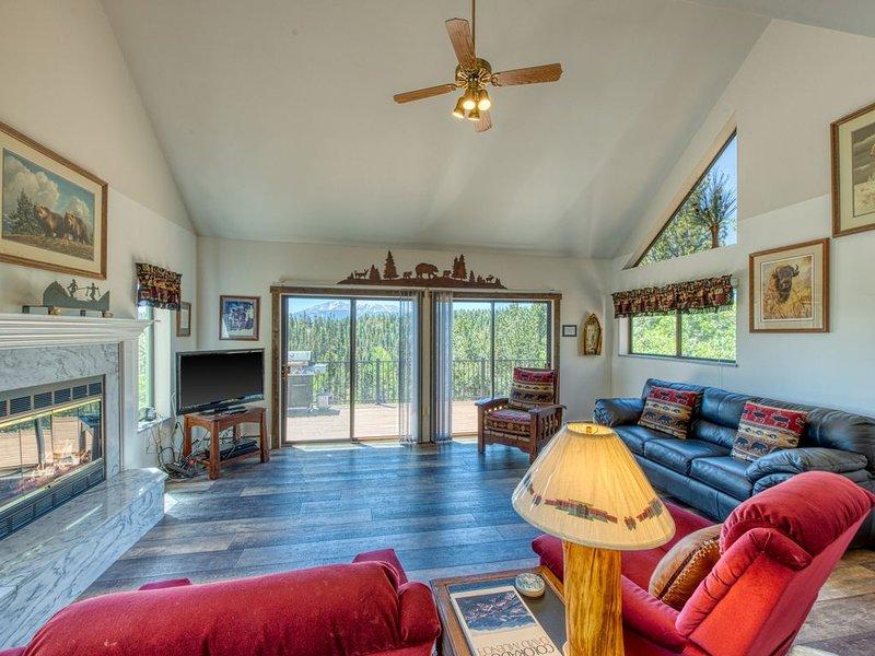 Private, remodeled lake home w/ Pikes Peak view, decks & balconies! Dogs ok!, vakantiewoning in Divide