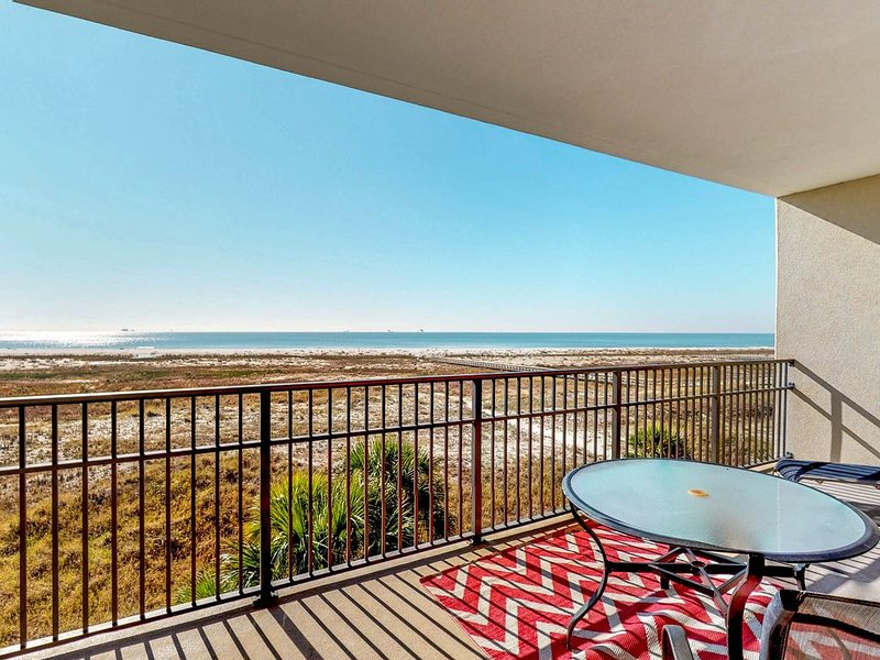 Third-floor condo w/views, beach access, shared pools/hot tub, alquiler de vacaciones en Fort Morgan