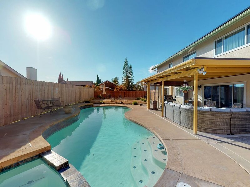 Colorful home w/ a private pool, furnished patio, & pool table!, casa vacanza a Chula Vista