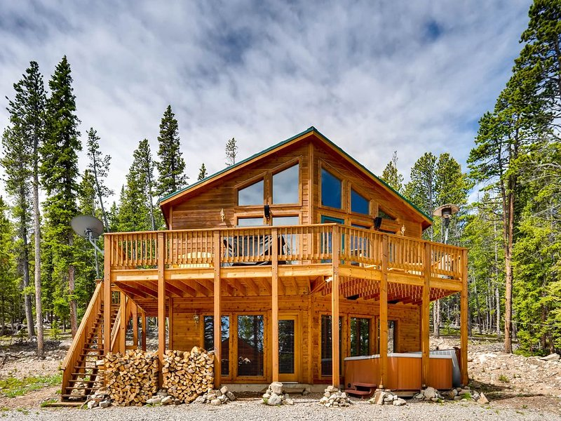 Gorgeous Custom Home w/ Media Room and Hot Tub! Lunar View Lodge., holiday rental in Fairplay