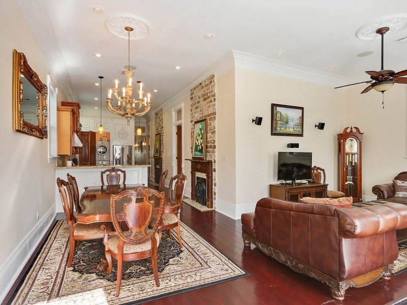 Historic uptown home near Magazine Street w/ a kitchen, tall ceilings, & more!, vacation rental in Marrero