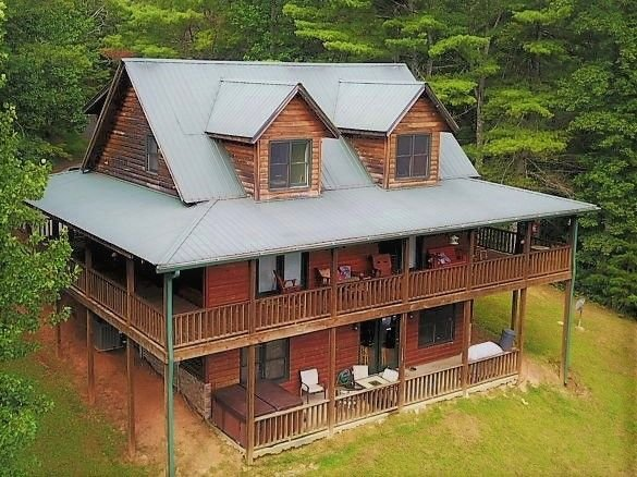 Beautiful Horizon 4 bedroom cabin with hot tub, mountain views, pool table, aluguéis de temporada em Hiawassee